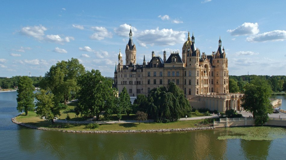 Surrounded by water and situated on a small island - Schwerin Castle looks like it was from a fairy tale. © View of the Castle © Picture: Gabriele Bröcker © Staatliches Museum Schwerin